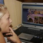 De man en Anna kijken foto's